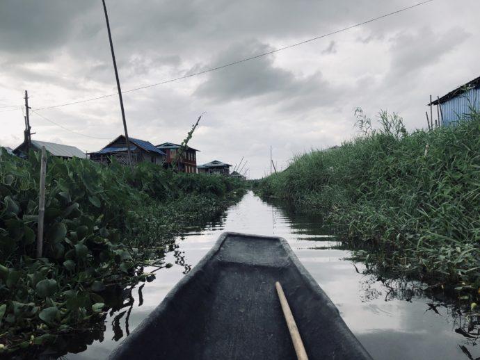 水上集落を進むボート