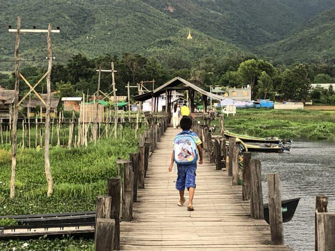 橋を渡る少年