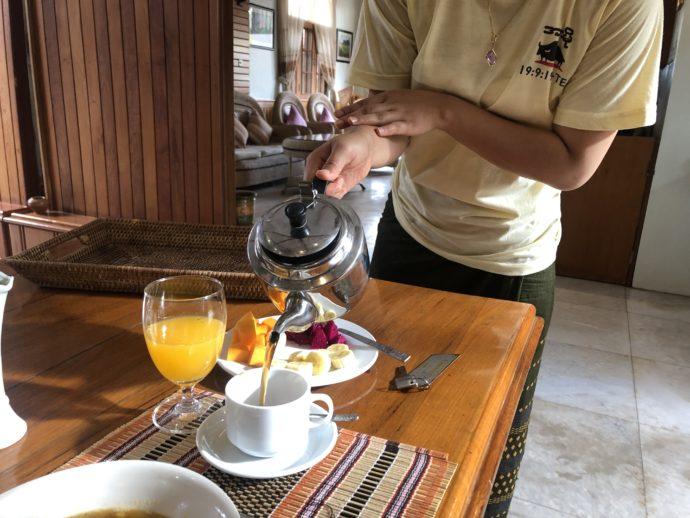 コーヒーを注ぐ女性