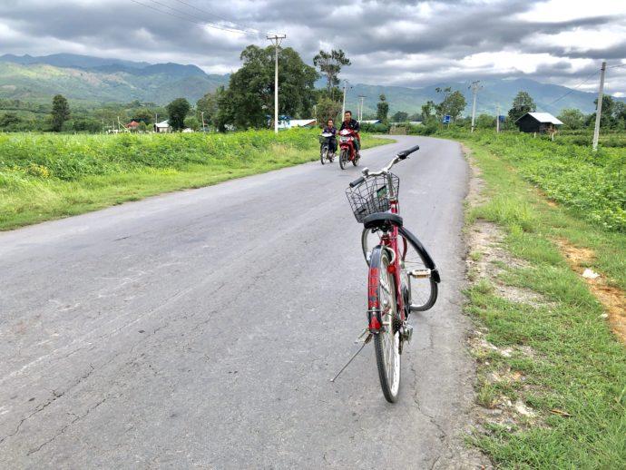 田舎を走る自転車