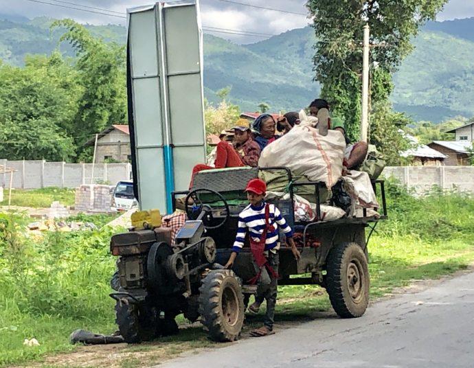 トラクターで移動する家族