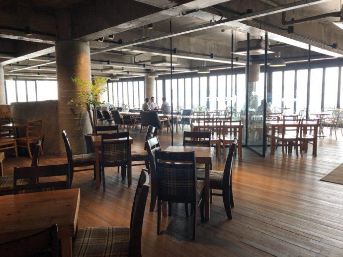 ガラガラのカフェ店内