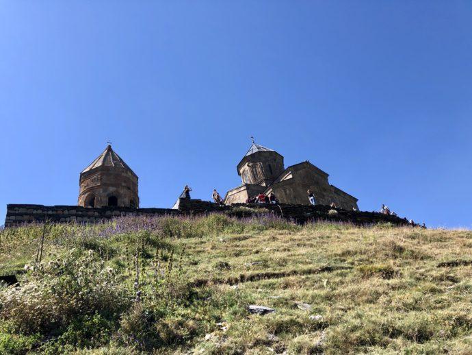 下から見上げるツミンダ・サメバ教会