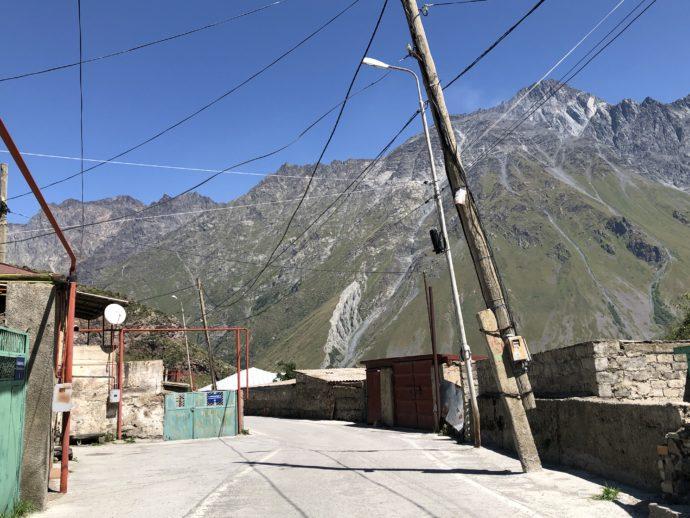 斜めの電柱と道路