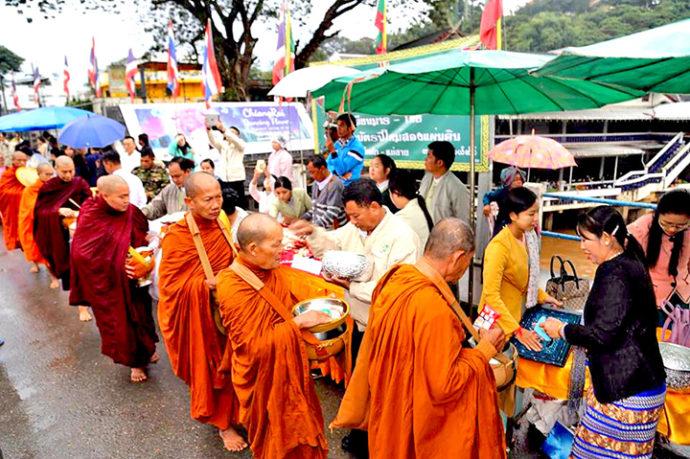 ミャンマーの托鉢勤行