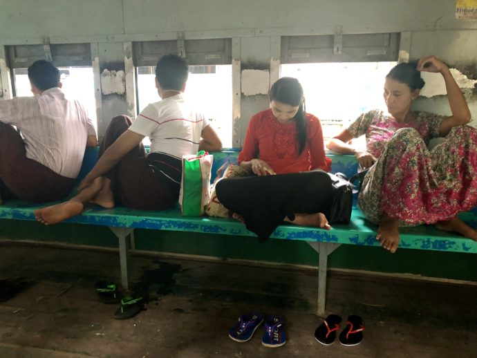 ミャンマー環状線の車内