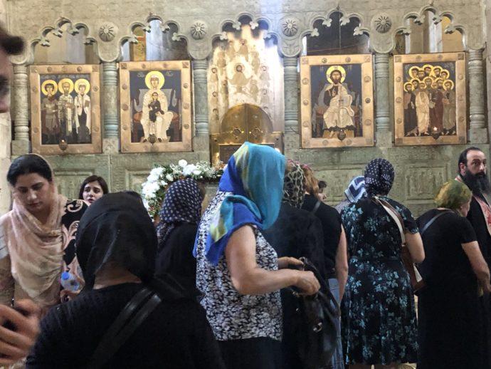 スヴェティツホヴェリ大聖堂で礼拝する信者