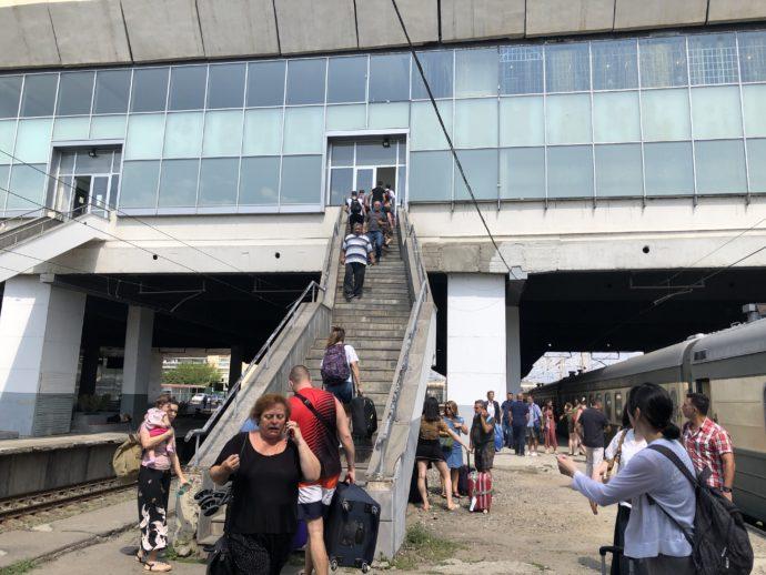 トビリシ鉄道駅のホームの階段