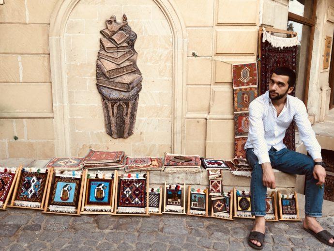 バクー旧市街で土産販売する男性