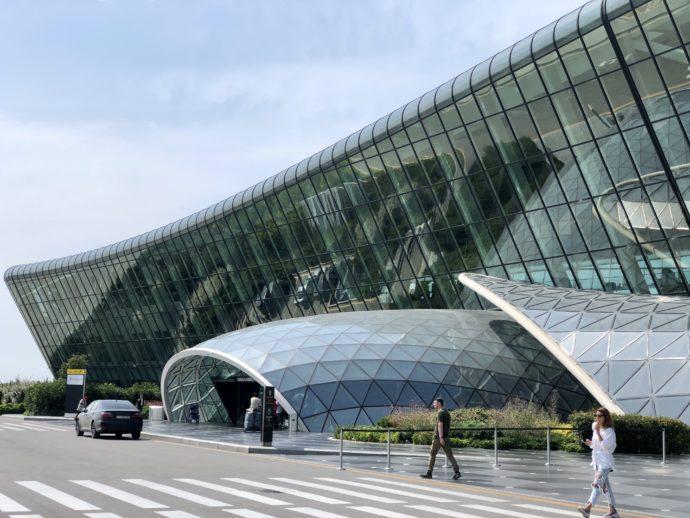 モダンなデザインのバクー国際空港