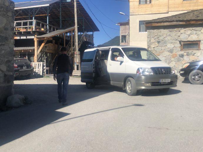 ウシュグリ村の送迎車