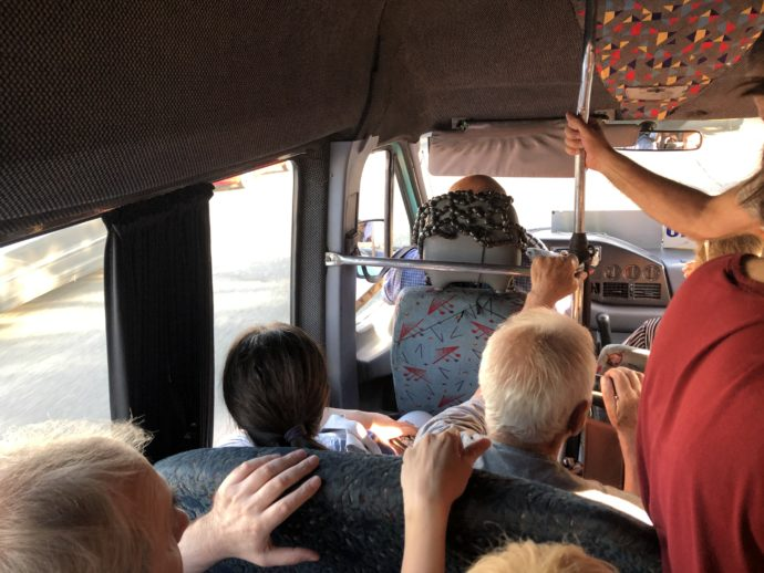 混雑したマルシュルートカ車内