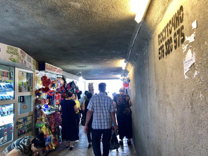 Didube駅のトンネル内の売店