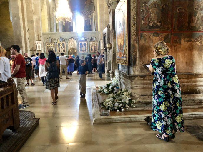 大聖堂でお祈りする女性