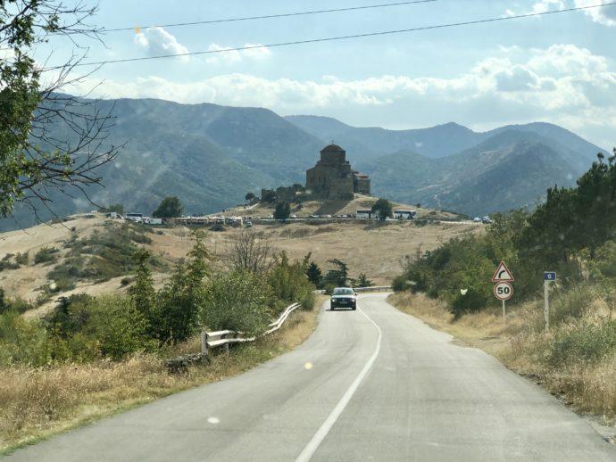 遠くに見える山上のジュヴァリ修道院