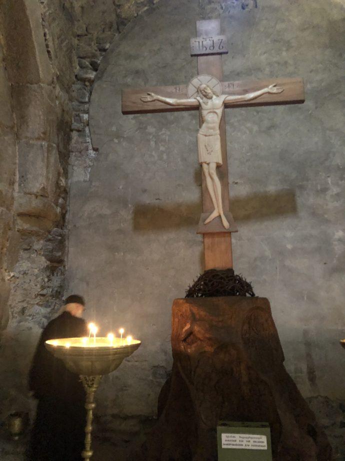 磔刑のキリストと神父