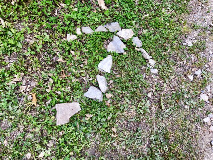 石で作られた矢印マーク
