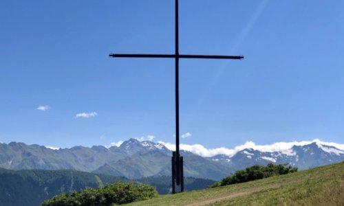 絶壁に立つ十字架