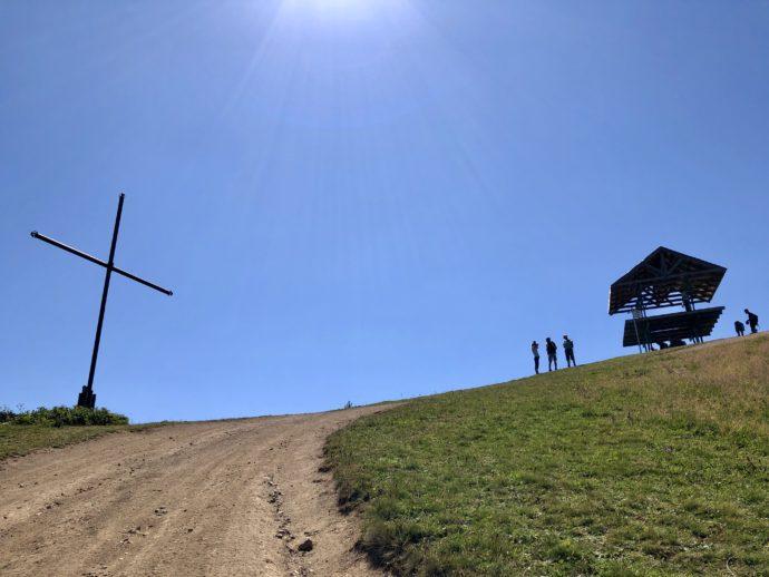 下から見上げる十字架峠