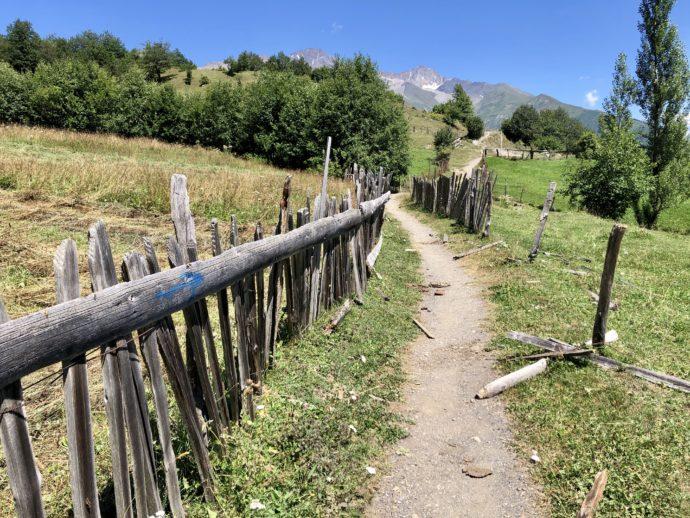 十字架峠までの柵のある道