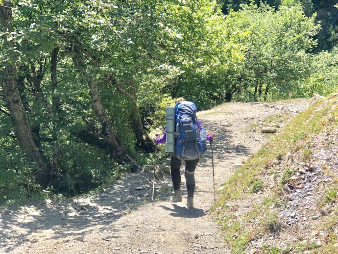 ルートを歩く登山者