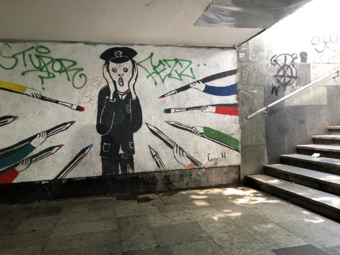 ムンク風の地下道の壁画アート