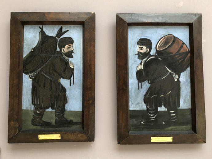 樽を背負う男性の2枚の絵