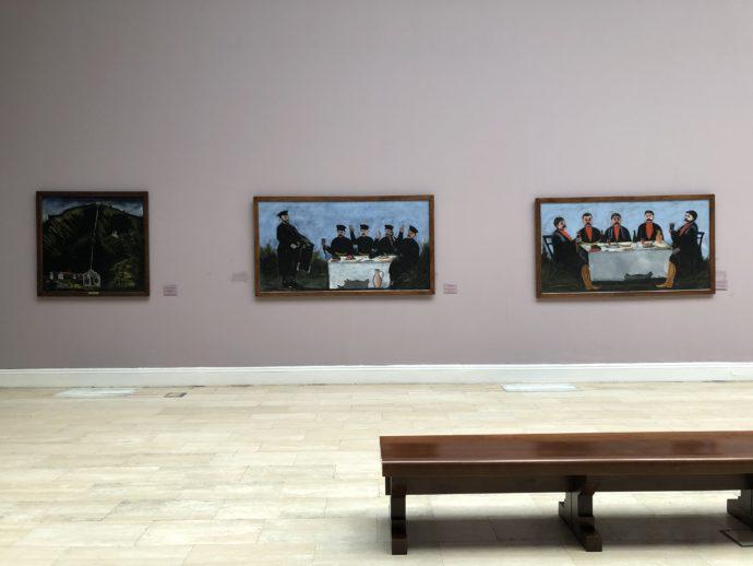 ピロスマニの絵とベンチ