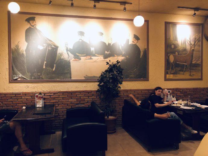 ピロスマニの複製画の掲げられた居酒屋