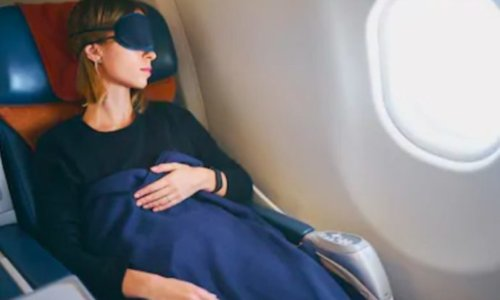 機内でぐっすり眠る