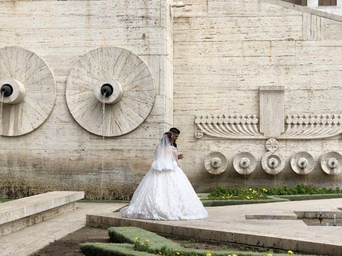 結婚式フォトを撮影するカップル