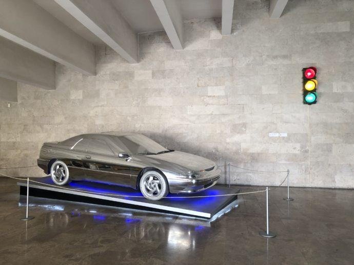 銀色の車と信号機