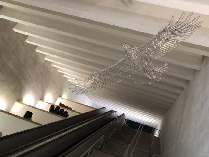 天井に鷲のモニュメント