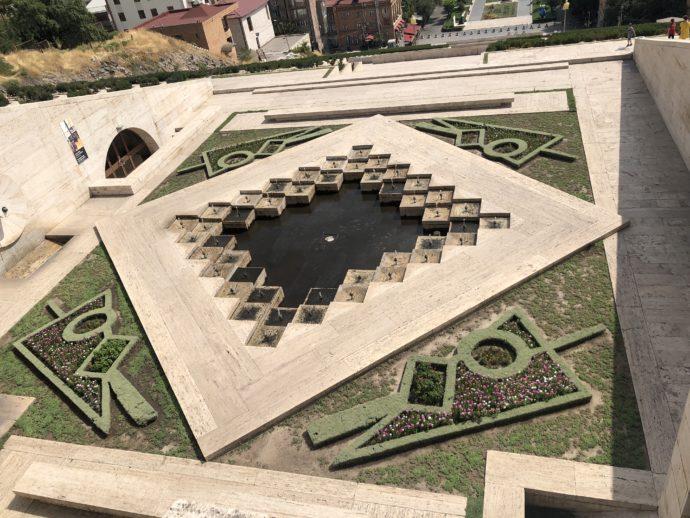 幾何学的な噴水と庭