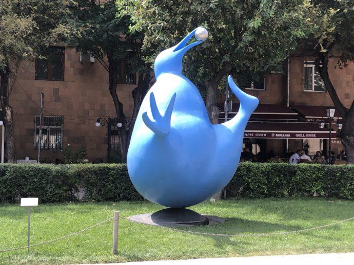 青い動物のモニュメント