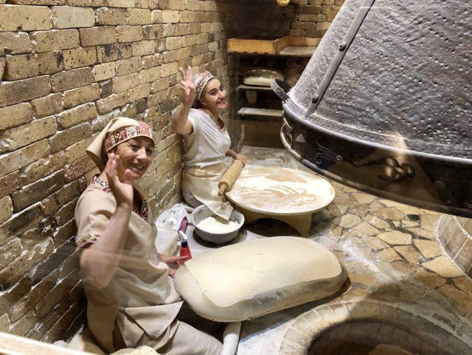 アルメニアのパンを作る女性たち