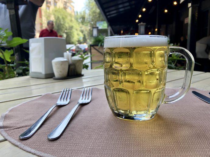 テラス席で飲む生ビール