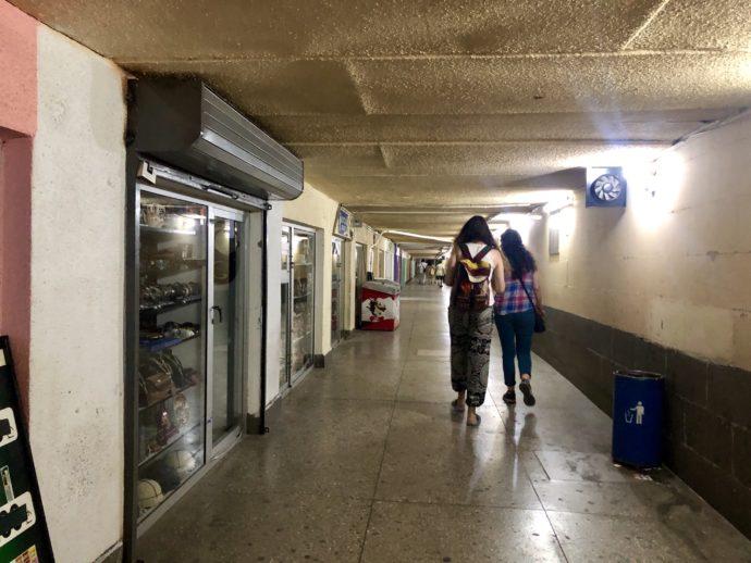 トビリシの地下道を歩く女性