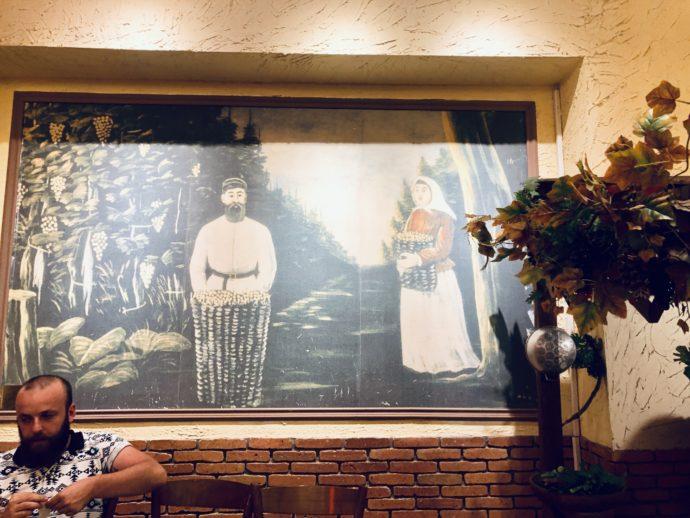 レストラン内のピロスマニ絵画