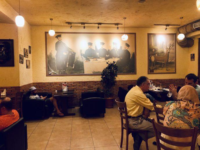 レストランで飲食する人々
