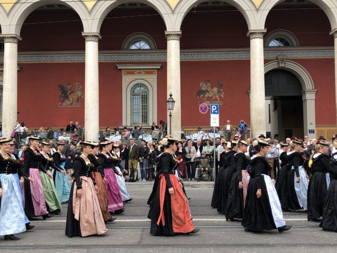 民族衣装をきた女性たち