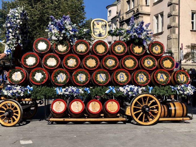 パレードで運ばれるビヤ樽