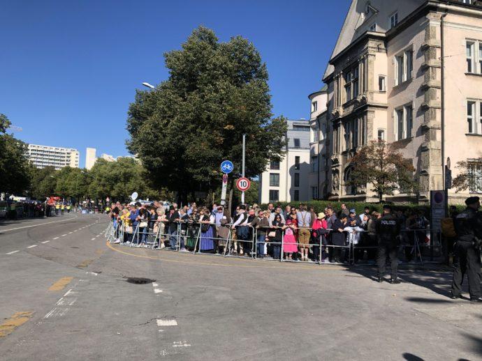 開幕パレード待ちの人々