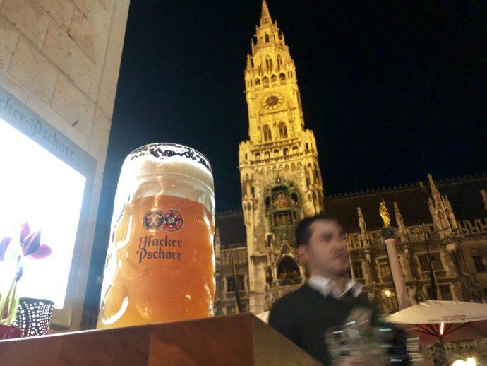 旧市庁舎を眺めてビール