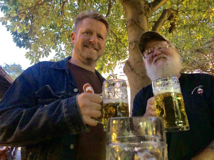 ビールを飲む男性二人