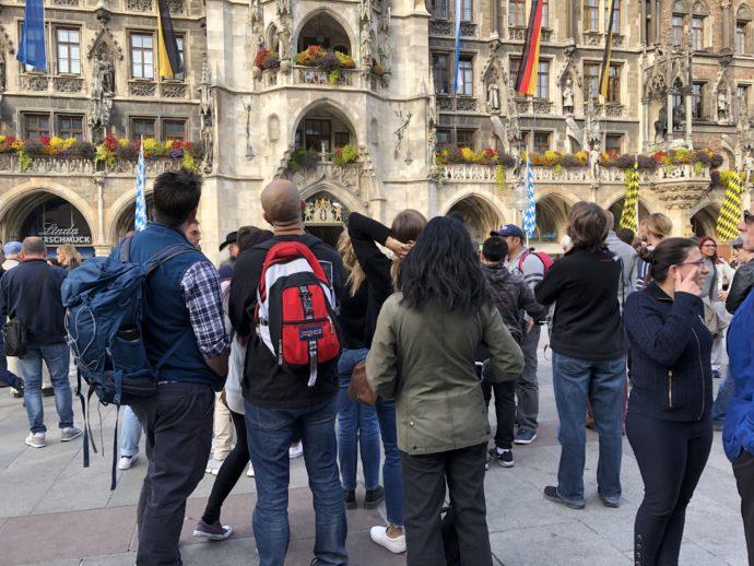 旧市庁舎を眺める観光客