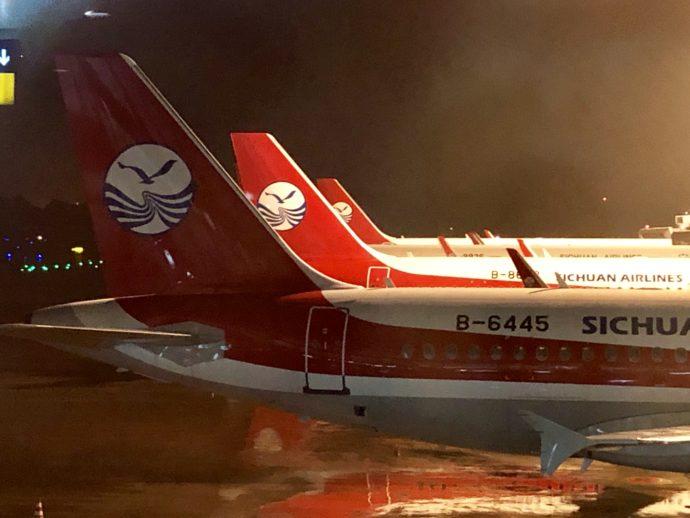 成都国際空港にスタンバイしている四川航空機