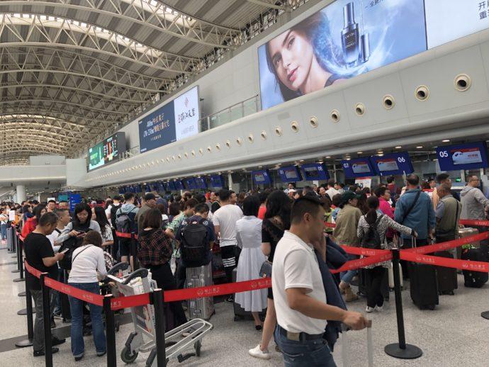 大行列の成都国際空港チェックインカウンター