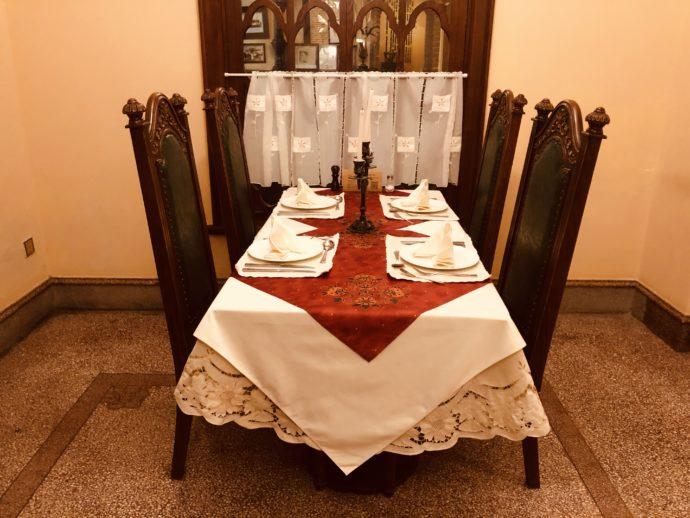 ロシア料理レストランの豪勢なテーブル