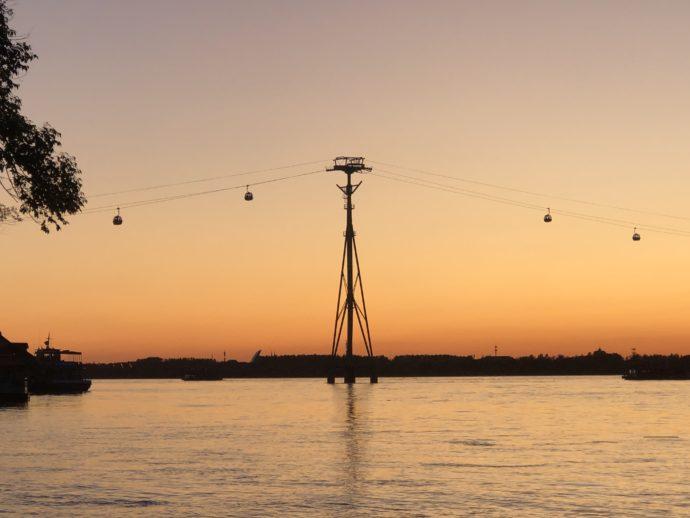 松花江の夕日とロープウェー